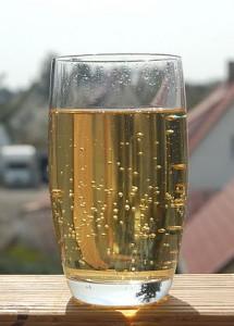 Apfelschorle : Beliebstete Getränk von den Deutschen ( la boisson préférée des Allemands) dans Brauchtum (les coutumes) 300px-apfelsaftschorle-215x300